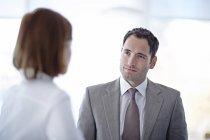 Gens d'affaires adultes réussie parler au bureau — Photo de stock