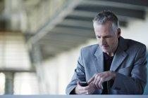 Успішний бізнесмен дорослих, за допомогою мобільного телефону — стокове фото
