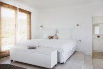 Interno bianco moderno accogliente camera da letto — Foto stock