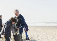 Mehrgenerationen-Familienmuschel buddelt am sonnigen Strand — Stockfoto