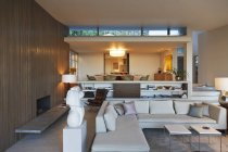 Современная гостиная в помещении в дневное время — стоковое фото