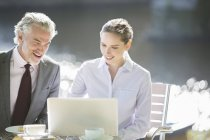 Empresários que trabalham no café da calçada — Fotografia de Stock