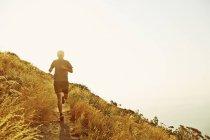 Man running on sunset trail — Stockfoto