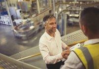 Handshaking de supervisor e trabalhador na fábrica — Fotografia de Stock