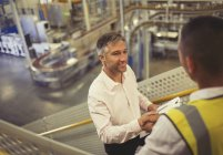 Supervisor und Arbeitskraft Handshaking in Fabrik — Stockfoto