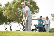 Kaukasische Senioren spielen zusammen Golf — Stockfoto