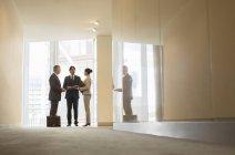Les gens d'affaires parlent à la fenêtre du bureau — Photo de stock