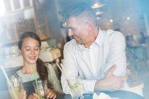 Pai e filha bebendo limonada na mesa do café — Fotografia de Stock