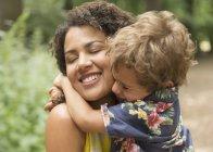 Закрой ласковые объятия матери и сына с закрытыми глазами — стоковое фото