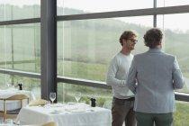 Männer sprechen im Weingut esszimmerfenster — Stockfoto