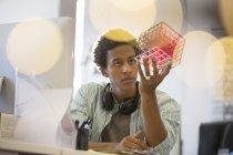Geschäftsmann, Prüfung Cube am Schreibtisch im Büro — Stockfoto