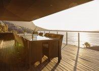 Esstisch auf luxuriöser Terrasse mit Blick auf das Meer — Stockfoto
