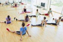 Erhöhte Ansicht Übung zur Vorlesung stretching mit breitbeinig in Turnhalle — Stockfoto