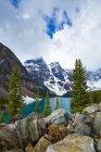 Montanhas nevadas, com vista para o lago glacial — Fotografia de Stock