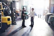 Механик и клиентов рукопожатия в Мастерские авторемонтные — стоковое фото