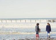 Fratello e sorella con le reti in mare surf — Foto stock