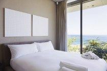 Interiore della camera da letto moderna con vista oceano — Foto stock