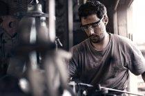 Schmied formt Eisen in der Schmiede — Stockfoto