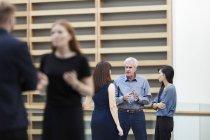 Les gens d'affaires parlent dans le hall — Photo de stock