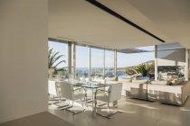 Moderno piso diáfano con vistas al mar - foto de stock
