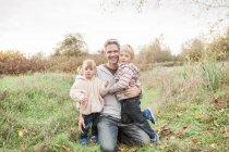 Porträt, Lächeln, Vater und Kind Kinder im Herbst park — Stockfoto
