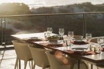 Настройка таблицы в современной столовой открытый балкон — стоковое фото