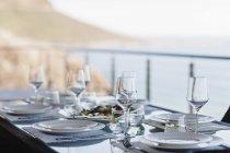 Set tavolo sul patio di lusso — Foto stock