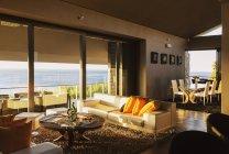 Salone moderno con vista oceano — Foto stock