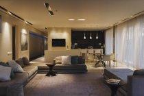Moderno plan de piso abierto interior - foto de stock