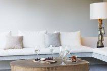 Vinho e queijo na mesa de café na sala de estar moderna — Fotografia de Stock