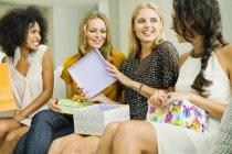 Donna apertura regali alla festa di compleanno — Foto stock