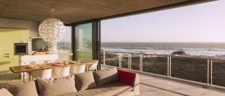 Moderne Wohnzimmer und Esszimmer mit Blick auf Meer — Stockfoto