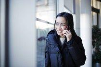 Bem sucedida empresária adulta falando no celular — Fotografia de Stock