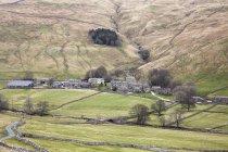 Village dans la vallée rurale pendant la journée — Photo de stock