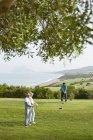 Ältere Freunde spielen Golf auf dem Platz — Stockfoto