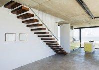 Scala galleggiante in interni casa moderna — Foto stock