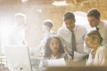 Examen des documents au Bureau des gens d'affaires — Photo de stock
