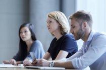 Reunião de empresários na sala de conferências — Fotografia de Stock
