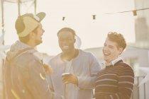 Junge Männer lachen auf Party auf dem Dach — Stockfoto