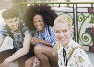 Ritratto sorridente amici all'aperto — Foto stock