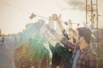 Begeisterte junge Erwachsene Toasten Cocktails auf Party auf dem Dach — Stockfoto