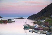 Barche ormeggio in baia calma — Foto stock