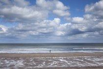 Wolken über Meer bei Ebbe — Stockfoto