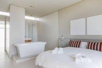 Кровать и ванна в интерьер современной спальни — стоковое фото
