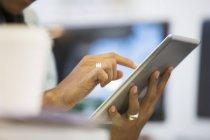 Primer plano del hombre de negocios usando tableta digital - foto de stock