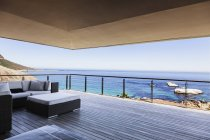 Balcón de lujo con vistas al océano - foto de stock