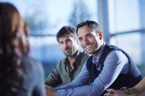 Uomini d'affari adulti di successo che parlano in riunione — Foto stock