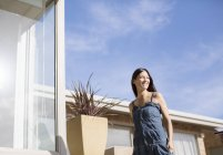 Femme marche extérieur moderne maison — Photo de stock