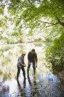 Батько і син риболовля в ставку сітками — стокове фото