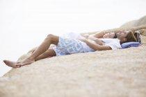 Casal relaxando na formação de rocha — Fotografia de Stock